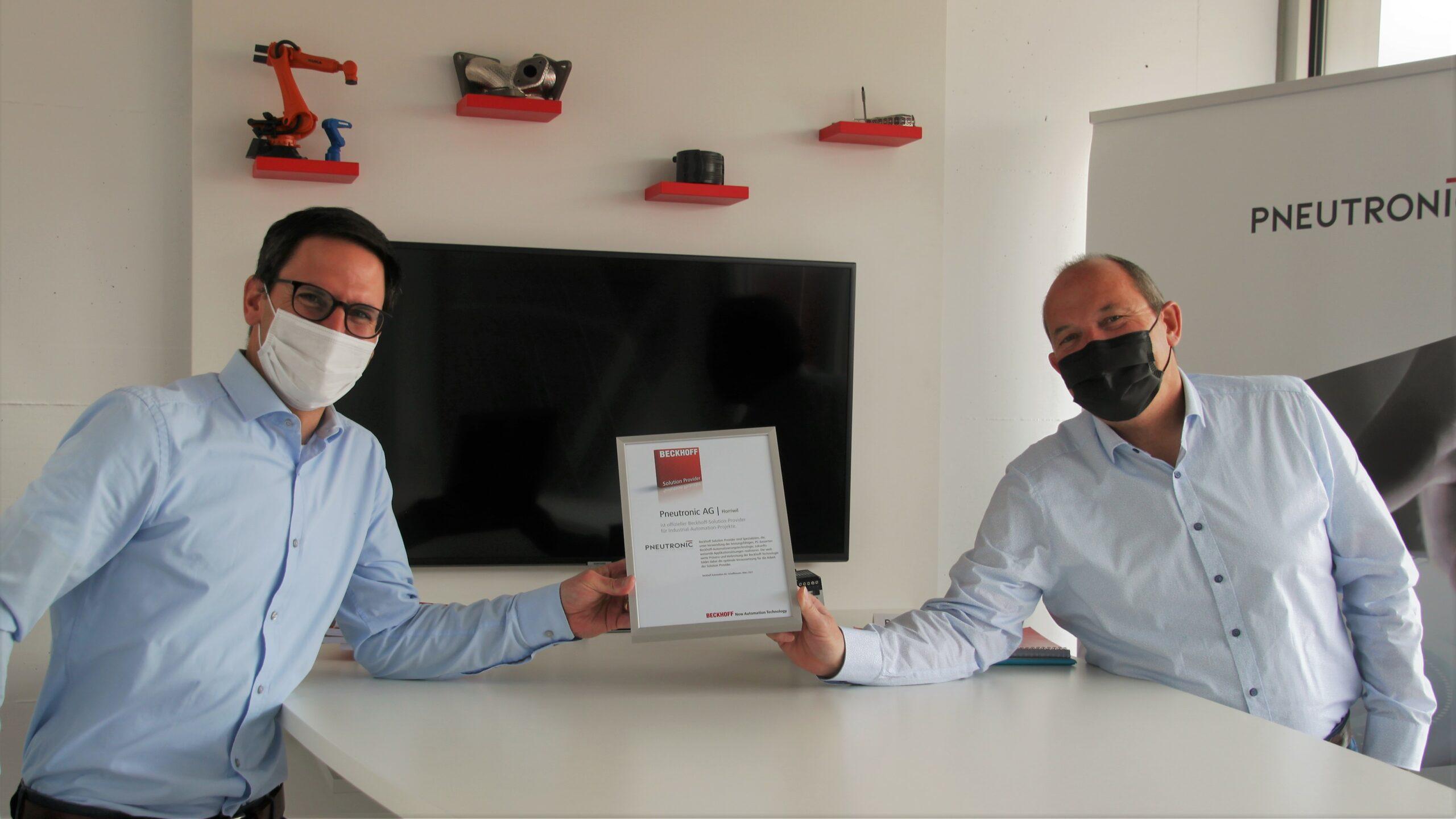 Remo Kissling und Adreas Res iseli bei der Übergabe Beckhoff Solution Provider Zertifikat